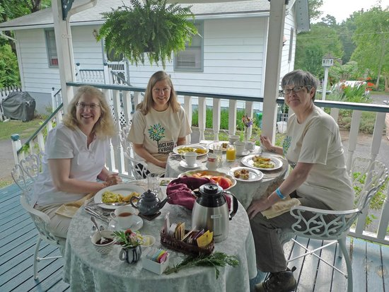Inn on Main Street B&B: Breakfast on the Porch