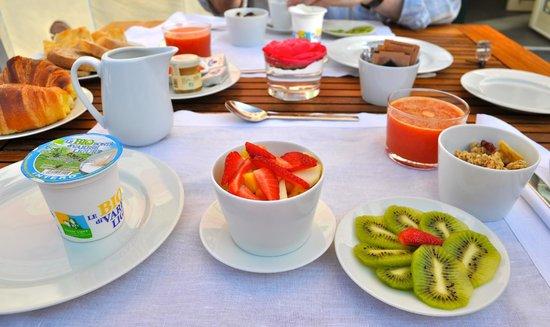 Villa Rosmarino : breakfast in garden
