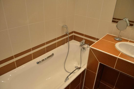 Hotel Grillon: bath tub, no shower