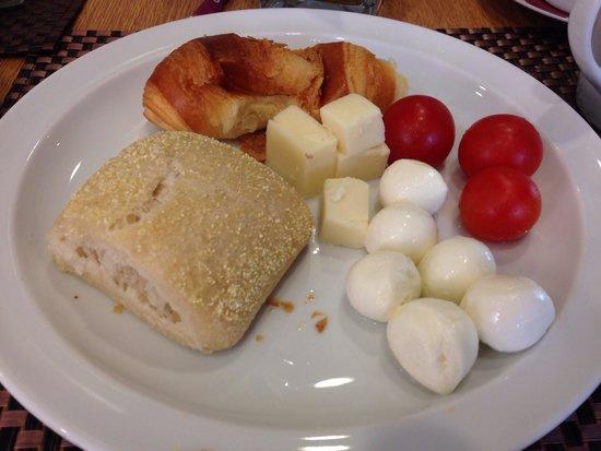 Mercure Roma Piazza Bologna: Típico da Itália no café da manha( colazione):mozzareline, tomate ( uma delicia..doce) e queijo!