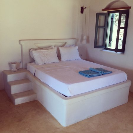 Pambelos Lodge: Extremely comfortable bed.