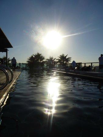 Renaissance Barcelona Fira Hotel: Sun setting over the pool