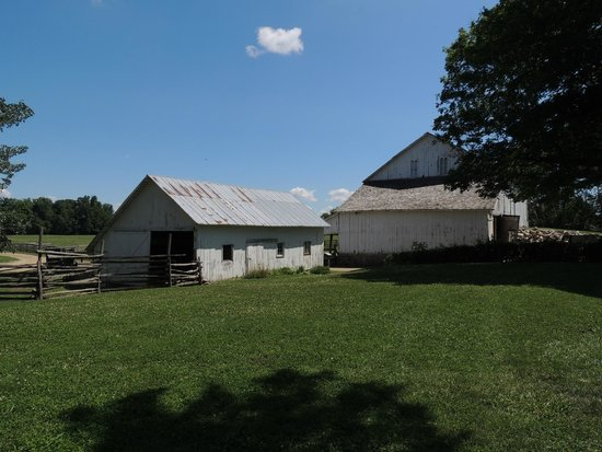 Amish Acres : barns