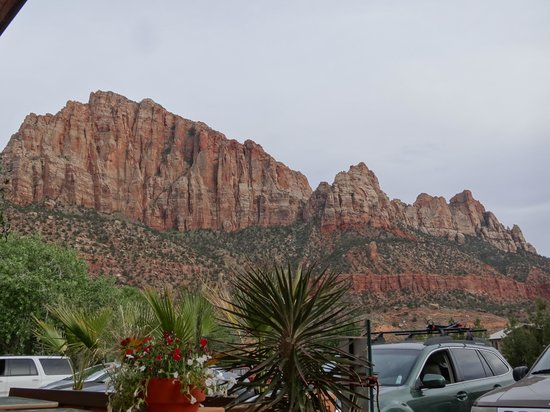 Quality Inn at Zion Park: View of the mountains from the parking lot