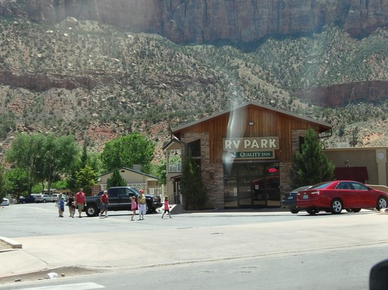 Quality Inn at Zion Park: Hotel from street...don't pass it