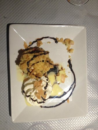 Restaurant Adelaide : red fruit crumble with chocolate sauce