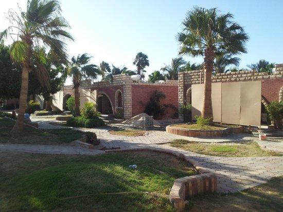 Aladdin Beach Resort: Der Weg zum Pool. Eine Baustelle