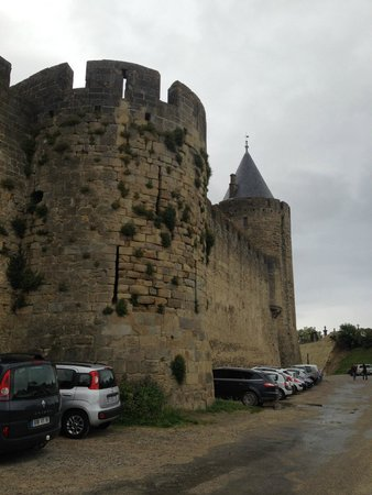 BEST WESTERN Hotel le Donjon: hotel parking area in the moat