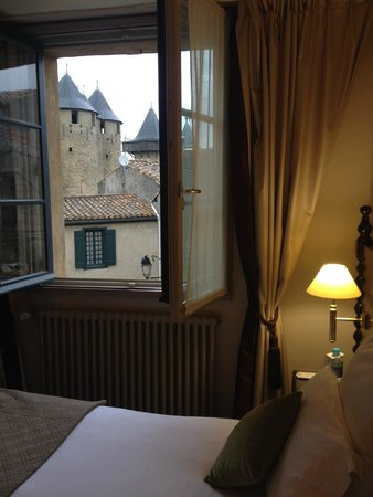 Best Western Le Donjon Les Remparts : bed with a view