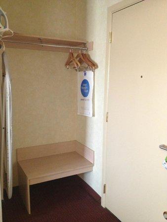 Comfort Inn & Suites: closet