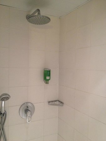 "Best Western Le Donjon Les Remparts : ""rain"" shower"