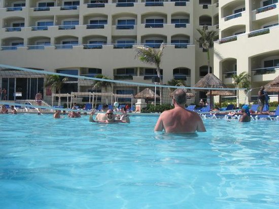 Gran Caribe Resort: Bigger pool. Was just big enough to play water volleyball.