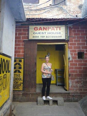 Ganpati Guest House: entrada al Ganpati