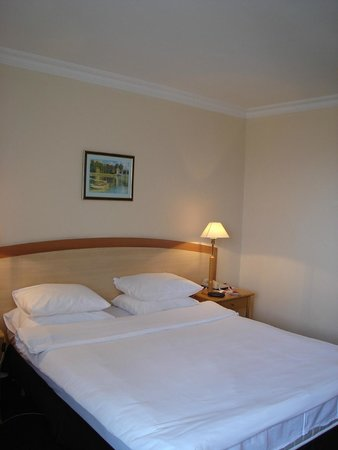 """Ramada Sofia: """"King-size"""" bed not really King size"""