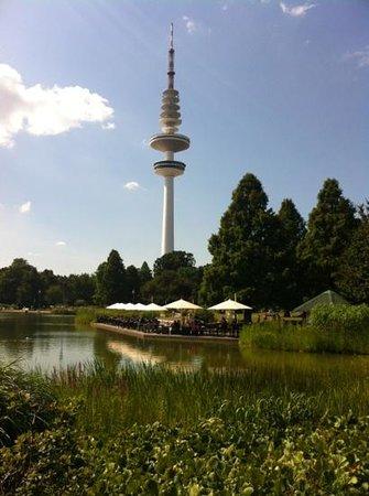 Planten un Blomen: Blick auf den Fernsehturm mit Café am See