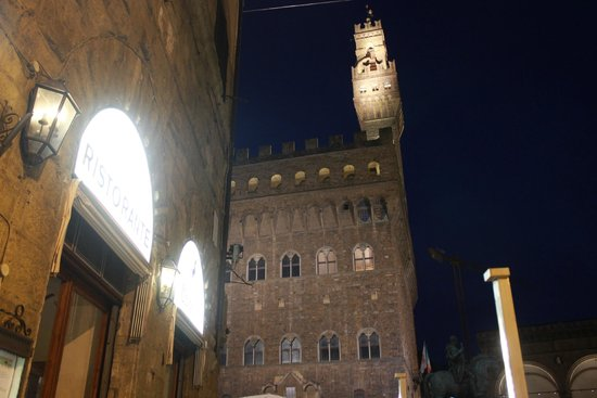 Il Cavallino: view of the palazzo vecchio from the outdoor table