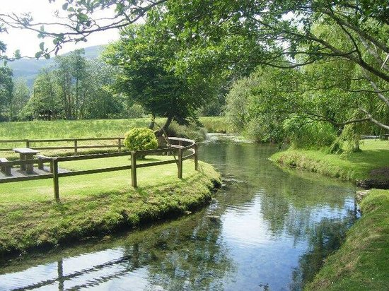 Parsons Green Holiday Park: The river on walk to the farm