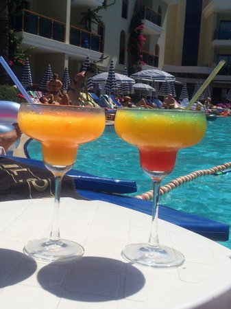 Candan Club Hotel: Cocktails by pool