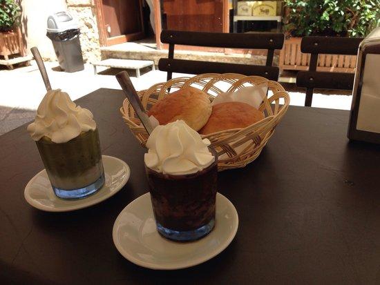 Colicchia Francesco: Granita mandorle e pistacchio con panna e granita cioccolata e panna più brioches
