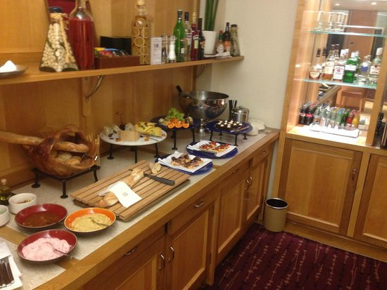 Sofitel London Gatwick: 8th Floor lounge evening buffet