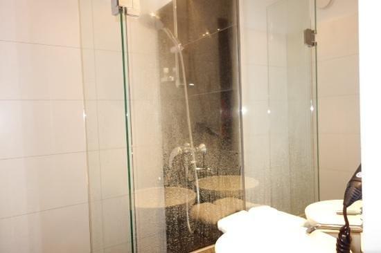 Motel One Berlin-Hackescher Markt: bath