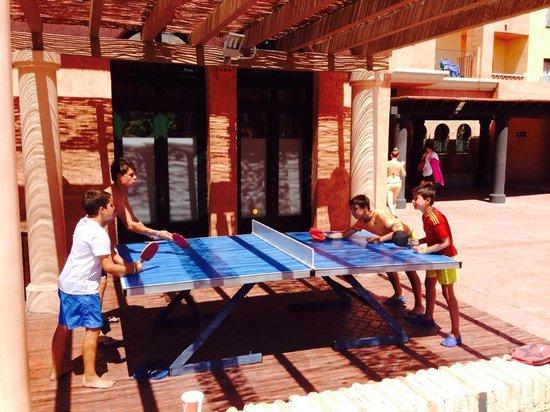 Barcelo Punta Umbria Beach Resort: Jugando al ping pong
