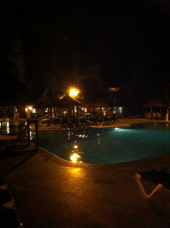 Sandos Playacar Beach Resort: Pool at night.