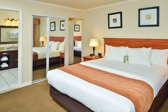 Comfort Inn Monterey by the Sea: Family Room One King bed and 1 Twin bed