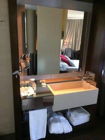 Vincci Capitol Hotel: Bathroom area sink
