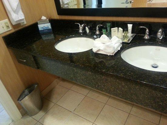Hilton Suites Ocean City Oceanfront: Bathroom sinks