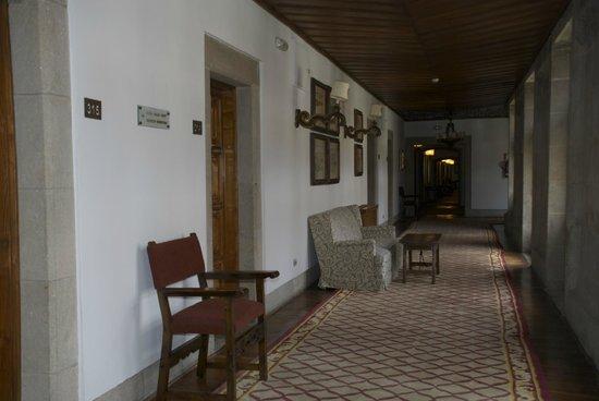 Parador Hostal Dos Reis Catolicos: pasillos de distribución a las habitaciones