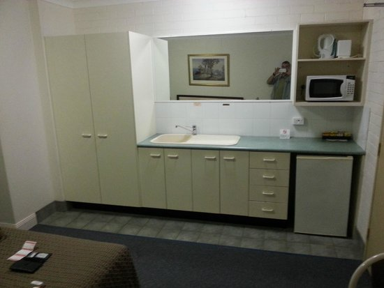 Benson Court Motel : The kitchen in front of the bed