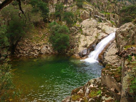 Muru mannu foto di cascate piscina irgas e oridda - Cascate per piscine ...