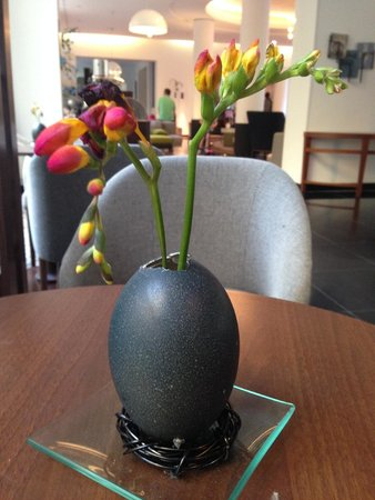 Le Meridien München: Table centre in foyer made me a little home sick for Oz