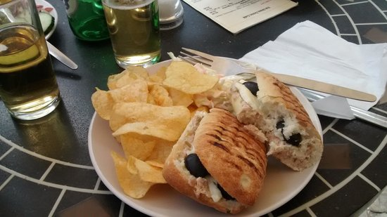 Glass Onion Cafe : My tuna panini, with crisps and coleslaw.