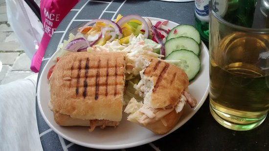 Glass Onion Cafe : Bridget's chicken panini with salad.