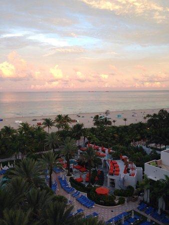 Loews Miami Beach Hotel: Vista do quarto com vista parcial para o oceano