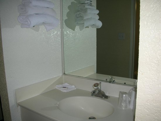 Motel 6 Los Angeles LAX: Bathroom sink separate from toilet/shower