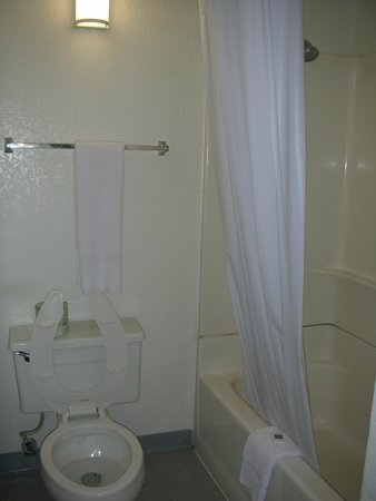 Motel 6 Los Angeles LAX: Toilet and shower