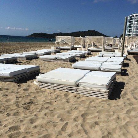 Ushuaia Ibiza Beach Hotel: STILL no umbrellas and no towels available at 11AM!!