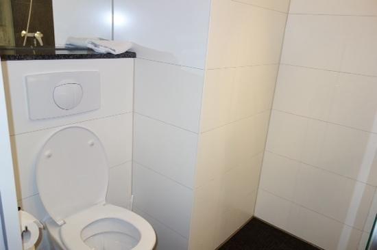Motel One Berlin-Hauptbahnhof: toilet