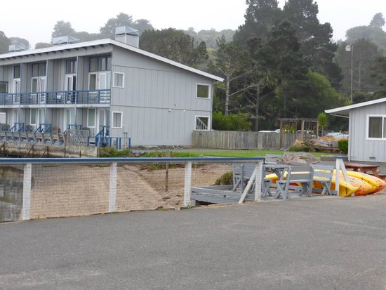 Tomales Bay Resort: View of one of the buildings and the kayaks