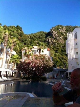 Mirage World Resort Hotel: Pool and view lush