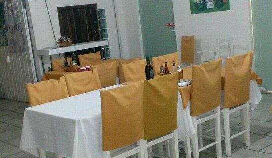 Mesas na área interna.