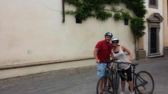 I Bike Italy - Day Tours: in front of the winery