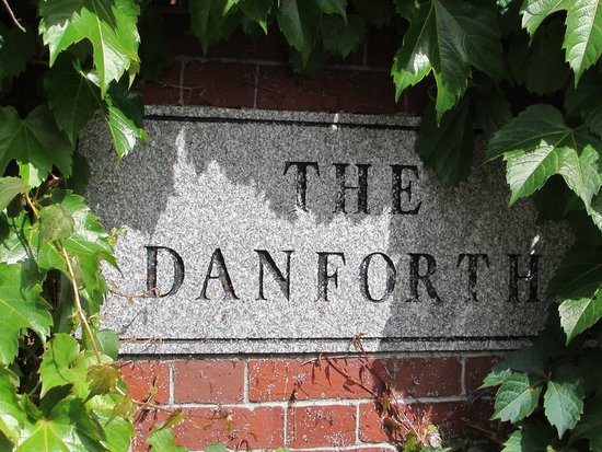 The Danforth : Discreet signage