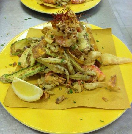 "Osteria Antichi Sapori: ""Frittura di Gamberi, Calamari e Crognoli con verdurine di stagione"""
