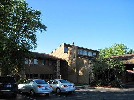 BEST WESTERN Benton Harbor-St. Joseph: The outside of the hotel