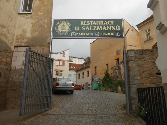 Restaurant & Hotel House U Salzmannu: Entrance down an alleyway and through a car park