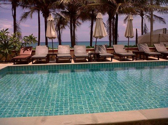 Kamala Beachfront Apartment : Adjacent pool and ocean